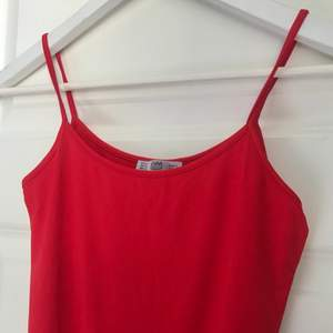 Linne i en stark vacker röd färg. Tjockt material, nästan baddräktsliknande. 🖤 DM för fler bilder & frågor!