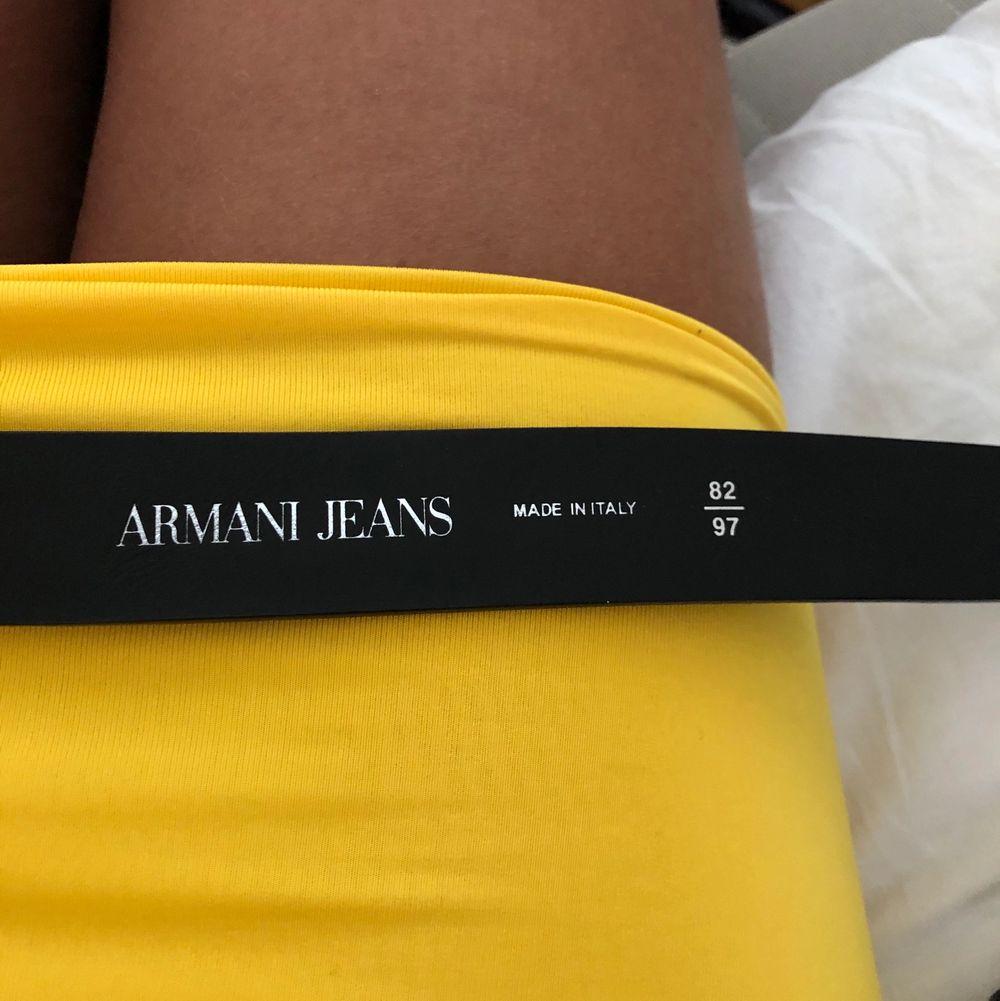 Säljer mitt svarta Armani bälte som jag nästan  aldrig fått någon användning för. Använt 1-2 gånger, väldigt fint och fräscht bälte som man kan både klä upp och klä ner. Ny pris: 1100 nu pris 350kr . Accessoarer.