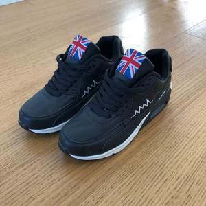 Trendiga skor i svart/vitt, storlek 37. Helt nya och oanvända!  Kan mötas i Stockholm eller skickas (frakt tillkommer).