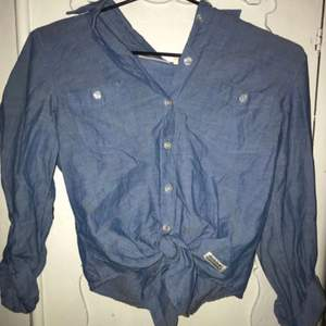 Ljusblå skjorta med knytning nertill. Hel och i fint skick! Sparsamt använd. (Swipe)