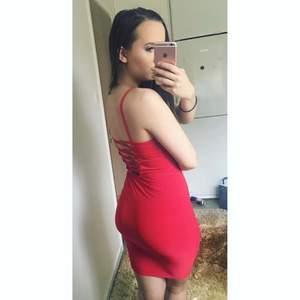 190 kr INKL. frakt! Meeegababeig röd klänning från Rebecca Stella med straps både fram och bak. Omfamnar figuren på ett så snyggt sätt. Enbart provad! Måste tyvärr sälja p.g.a. sparar pengar. Betalning via Swish.
