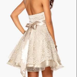 Söt o fin balklänning, köpt från bubbleroom för 500kr. Använd vid två tillfällen, men inga fel på skicket! Tar även emot pengar via swish om det önskas. 200kr+frakt. Kontakta mig vid intresse✨☺️