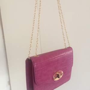 Super snygg rosa liten väska 😘 använd endast 1 gång! Väskan är helt ny, köpt på Glitter 💕