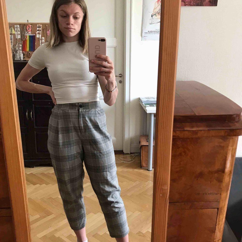 Kostymbyxor i skönt och rörligt material. Bra skick. Från H&M. Köparen står för frakten. Kan även mötas upp i Stockholm.. Jeans & Byxor.