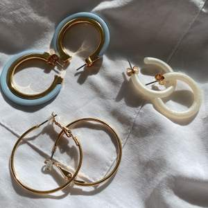3 stycken fina öronhängen från Monki. Aldrig använda. Köp alla tre för 100 kr eller 40 kr styck. Frakt ingår i priset. EDIT: BLÅA SÅLDA, de andra finns kvar!!
