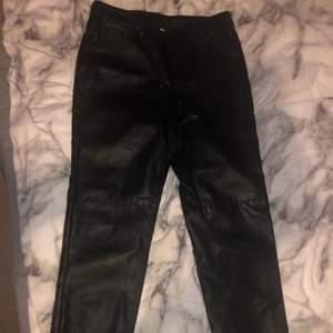 Ett par byxor i läderimitation som endast är provade. Köpare står för frakt.