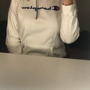 Säljer nu denna snygga hoodie ifrån champion. Hoodien har snygga detaljer så som märket på armen samt snörningen i sidan istället för på mitten av kragen. Hoodien är i storlek XL men skulle säga att den är mer M då den krymt i tvätten. Frakt tillkommer