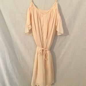 En favorit klänning. Väldigt unik. Köpt i Dubai om jag minns rätt. Använt den ett par gånger i Bali (Bild Nr 2). Buda på! Står att den är 34 men passar även de som har större storlek.