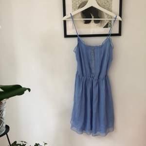 Suuuperfin somrig klänning i så fin blå färg! Köparen står för frakt🦋