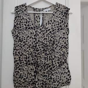 Second Female topp i leopard tryck i strl S • frakt ingår  • Jag ansvarar ej för postens eventuella slarv.