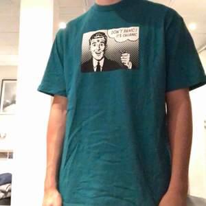 Fet t-shirt från sweet skateboards köpt på junkyard. Nypris: 299kr  Använd ett fåtal gånger (2-3)