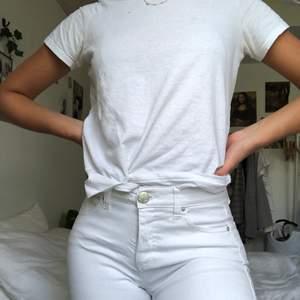 Vita tajta jeans från 2nd One som aldrig är använda. Jättesköna och sitter väldigt fint. Jag är 24 i midjan och de sitter perfekt! Kan mötas upp i Malmö annars står köparen för frakt❤️