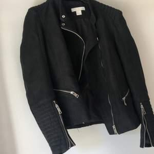 Bikerjacka i mockaimitation från H&M. Vadderade axlar. Dekorativ zip i ärmarna. Fint skick! Storlek 38. Lite liten i storleken över armarna (om man vill ha typ hoodie under). Köparen står för frakt.