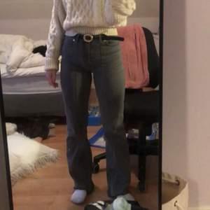 Flared jeans från NA-KD x AFJ! Använda 1-3 ggr. Jag har klippt de lite så de passar en som är 155-165cm. Så snygga detaljer 🕊 STRL 38. nypris 500kr