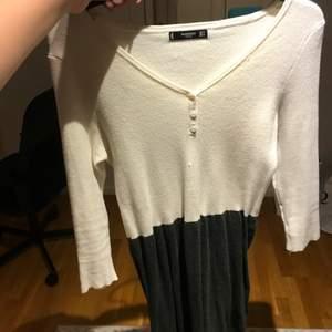 En klänning från mango. Har ett jätteskönt material som passar perfekt till hösten. Den tvåfärgad vit och grå. Är i storlek m.