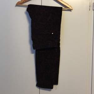 Säljer låg midja jeans från H&M som är använt fåtal gånger, dm för mer info.