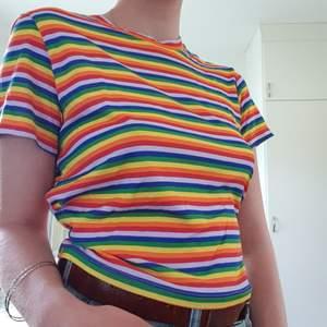 Jättesöt t-shirt med pride färgerna från monki, som tyvärr aldrig kommit till användning. Passar fint nu under pride month! Köparen betalar frakt 22kr. Pris kan diskuteras!