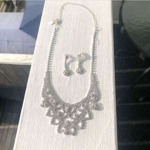 Superfint smyckeset som är helt oanvända och i nyskick, passar perfekt till fester! Stenarna glittrar superfint i ljuset.
