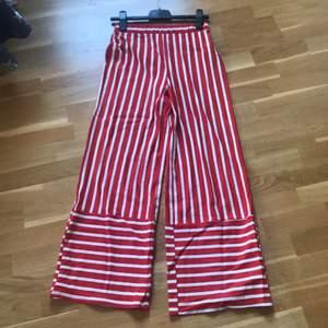 Säljer nu mina fina byxor från zara då de tyvärr blivit för små. Använda ca 10 gånger, väldigt bra skick.