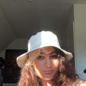 🌿 Nyköppt relaxed bucket hat från Weekday, har använts endast 2 gånger då jag tyvärr känner att den inte riktigt passar mig :( Tycker verkligen den är skitsnygg. Orginalpris är 300 från affär 🌿