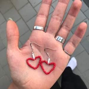 Handgjorda örhängen i form av hjärtan, nickelfria. Kan göras i andra färger och storlekar vid beställning (men i det fallet kan priset öka). Frakten ligger på 11 kr. Finns fler modeller i min profil 🌻