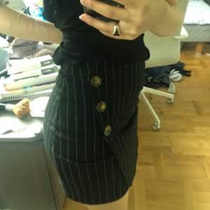 Jättefin svart randig ish kjol med knappar! Använd ett fåtal ggr, jättefin men behöver plats i garderoben! Från Hollister i storlek XS tror jag. Köparen står för frakten💞