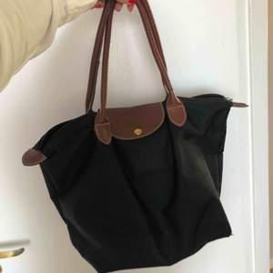 Väska 🧳 som är slitage på men fullt brukbar. Nypris runt 1500 kr