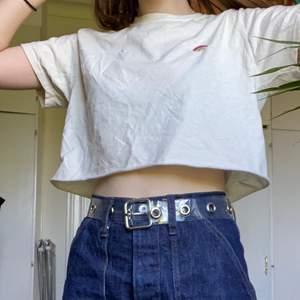 En söt croppad tshirt med motivet av en regnbåge samt text på ryggen från Urban Outfitters! Jag har inte fått användning av den här tröjan på ett tag och säljer den därför. Den är i väldigt bra skick!😊 frakt tillkommer💕
