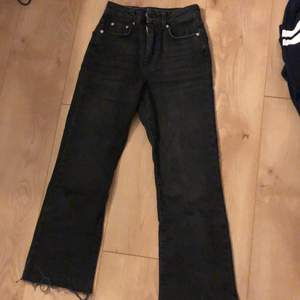 Ett par jeans köpta i vintras som nu är slutsålda, knappt använda men säljer pga att de blivit för små för mig. Nypris 400kr. Frakt tillkommer!❤️