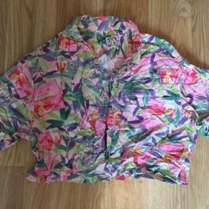 Hawaiiskjorta strl S Kortare lite lös modell. En bröstficka.