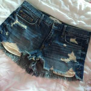 Helt oanvända jeansshorts från hollister, så jättefint skick. Originalpris ca 400 kr.  Tar gärna emot swishbetalningar!