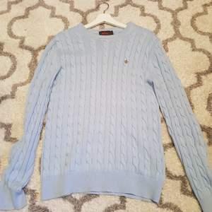 En morris himmelsblå kabelstickad. Använt fåtal gånger, mest hängt i garderoben. Inga fläckar eller fel.