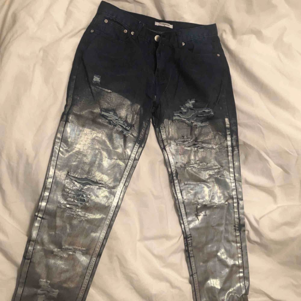 Low waist jeans från märket Glamorous, köpt på asos. Plagget är mörkblå färg som fadear över till en silvrig holografisk yta, perfekta byxor till vardag som fest. Jag upplever dem små i storleken så ha det i åtanke, frakt ingår i priset. Org.pris 655kr 🌹. Jeans & Byxor.