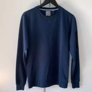 Snygg marinblå tröja som är köpt i fel storlek och endast använd en gång. Inköpt för 400:- men vill endast ha 200:-