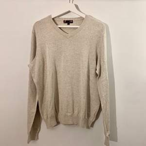 jättefin grå/beige v-ringad tröja! köpt på second hand!