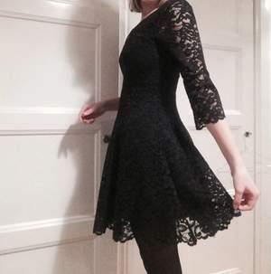Helt ny fin svart klänning i spets från & other stories. Tags kvar, aldrig använd. Strl 36. Nypris 1500kr