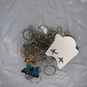 Massor olika smycken i både guld och silver, örhängen, ringar, halsband, armband. Används inte av mig. Allting för 50 kr + frakt.