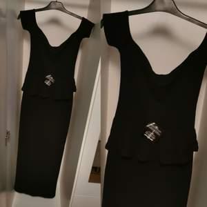 Fin lång svart klänning från nelly aldrig blivit använd.