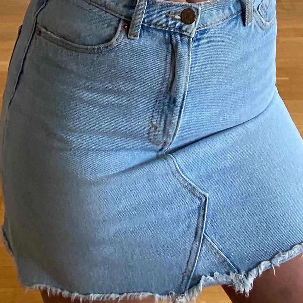 """Ljustvättad jeanskjol me igensydd """"zigzag"""" slits. Använder inte alls längre, jättefint skick❤️ skulle säga att den sitter som en S/M. 50kr+frakt. Kjolar."""