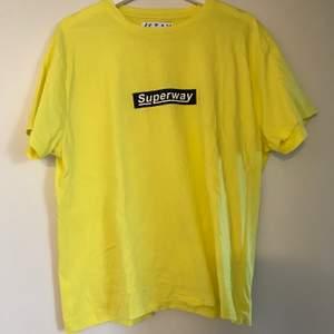Ball T-shirt från carlings, endast använd vid ett tillfälle. Stolek M, lite oversized skulle jag säga. Passar S-L beroende på hur man vill att den ska sitta