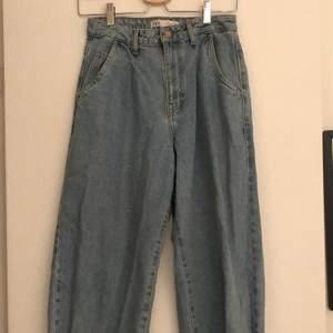 Säljer ett par skitcoola vintage zara jeans i storlek 34! Fint skick, endast använda ett fåtal gånger, säljer nu då de aldrig kommer till användning✨ köparen står för frakt! Skicka meddelade vid intresse🥰
