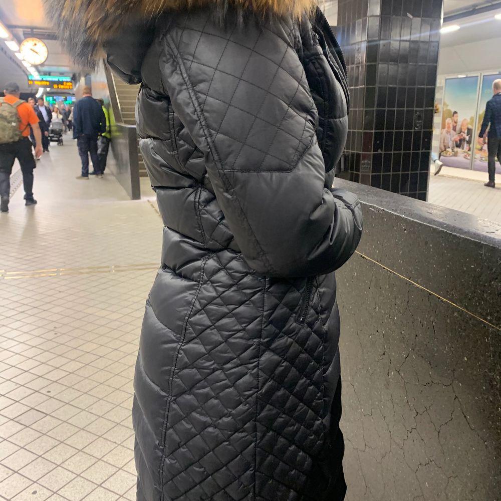 En rock and blue vinterjacka med äkta päls i lång model. Jackan är nästan ny andvönd fåtal gånger och har ingen skada säljer för 2800 nypris 4200 kan byta mott visa jackor. Är 169 passar perfekt. Jackor.