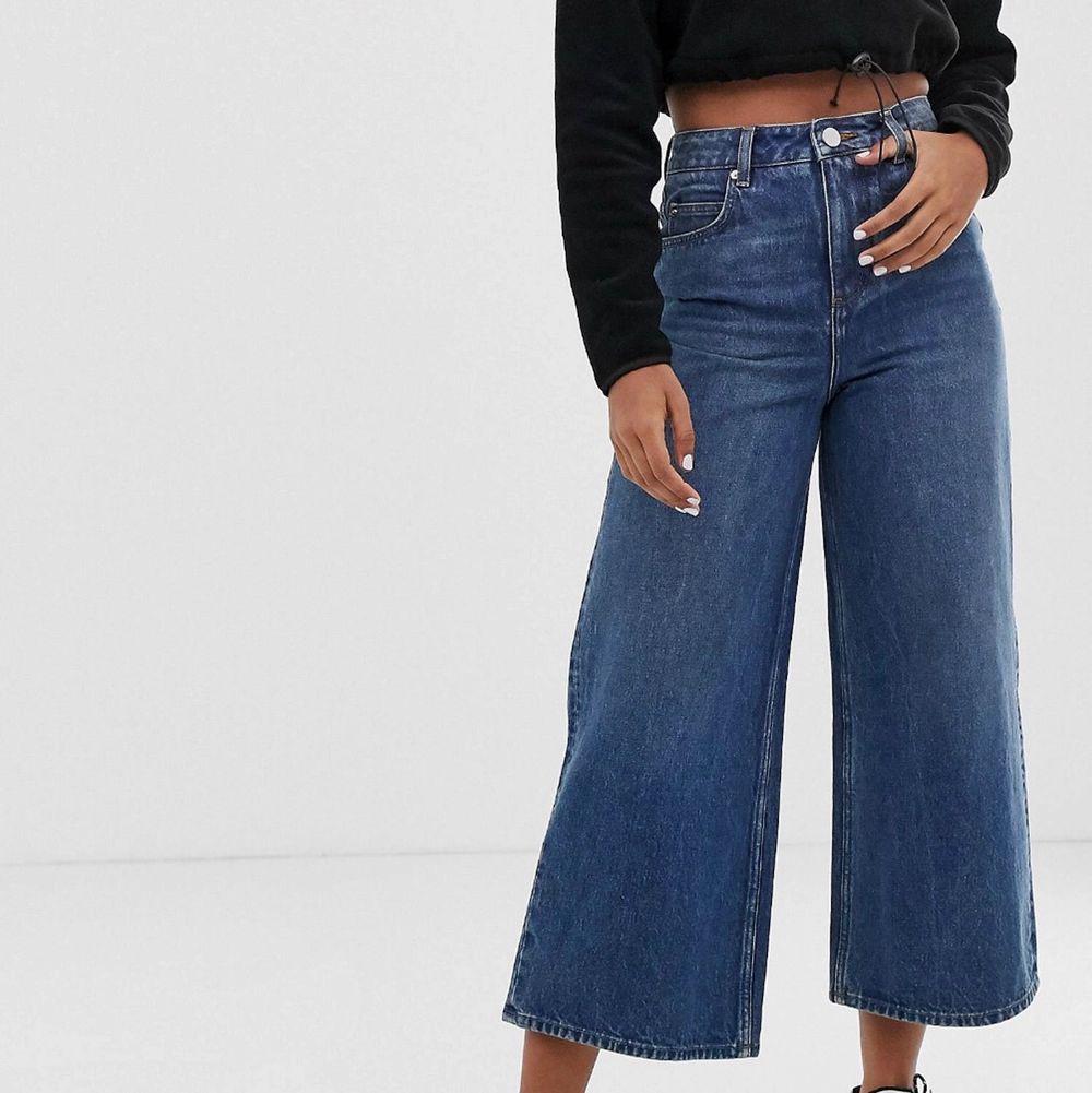 Säljer dessa vida jeans eftersom de är för små för mig. Jag har aldrig använt dom eftersom de var för små redan när jag fick hem dom från ASOS. Köparen står för frakt ❤️. Jeans & Byxor.