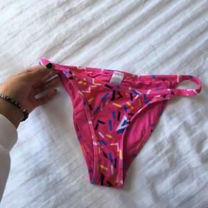 Säljer en helt ny och supersöt bikinitrosa från Asos. Tyvärr är storleken inte i 36, utan snarare XS. Se bild 3 för att se hur den sitter där bak. Passar perfekt till sommaren! Frakt: 20kr🌹
