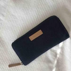 • Större plånbok från Mango •  Mörkblå filt med ljusbruna detaljer, såå fin men kommer inte till användning. Lite noppig men går lätt att plocka bort med fingrarna.   30 kr + frakt