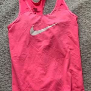 Säljer detta träningslinne, köpt på Nikes barnavdelning strl L men passar som en XS. Använd fåtal gånger