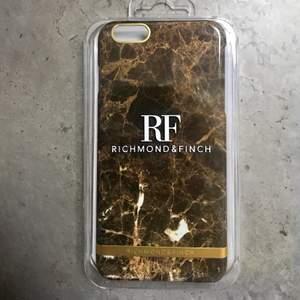 Oanvänt mobilskal från Richmonad & Finch. Colour: Brown Marble. iPhone: 6 Plus / 6s Plus. Frakt kostar 22kr.