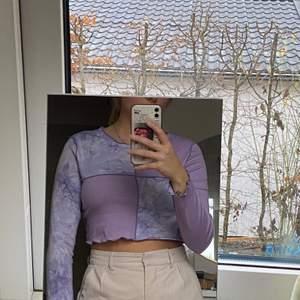 Oanvänd skitsnygg lila croptop! Svårt att beskriva men har olika partier i både lila batikmönster och helt lila. I storlek M men skulle verkligen säga att det är en XS eller S.