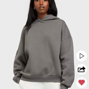 En hoodie som använts max 2 gånger, var tyvärr inte min färg. Älskar dock hur oversize den sitter:)