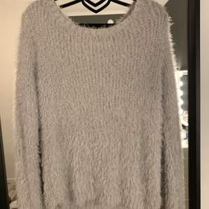 Superlurvig tröja perfekt till myskvällar. Köparen står för frakten. Storleken är xs men den är stor i storleken. Nyskick! 💞